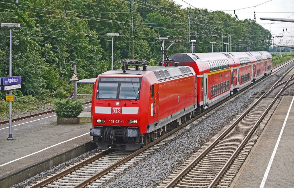 Vorsichtig wagt sich ein Zug der Deutschen Bahn an einen leeren Bahnhof