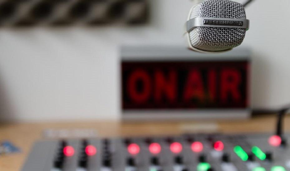 Ein Audio Bild von einem Mischpult sowie einem Mikrofon