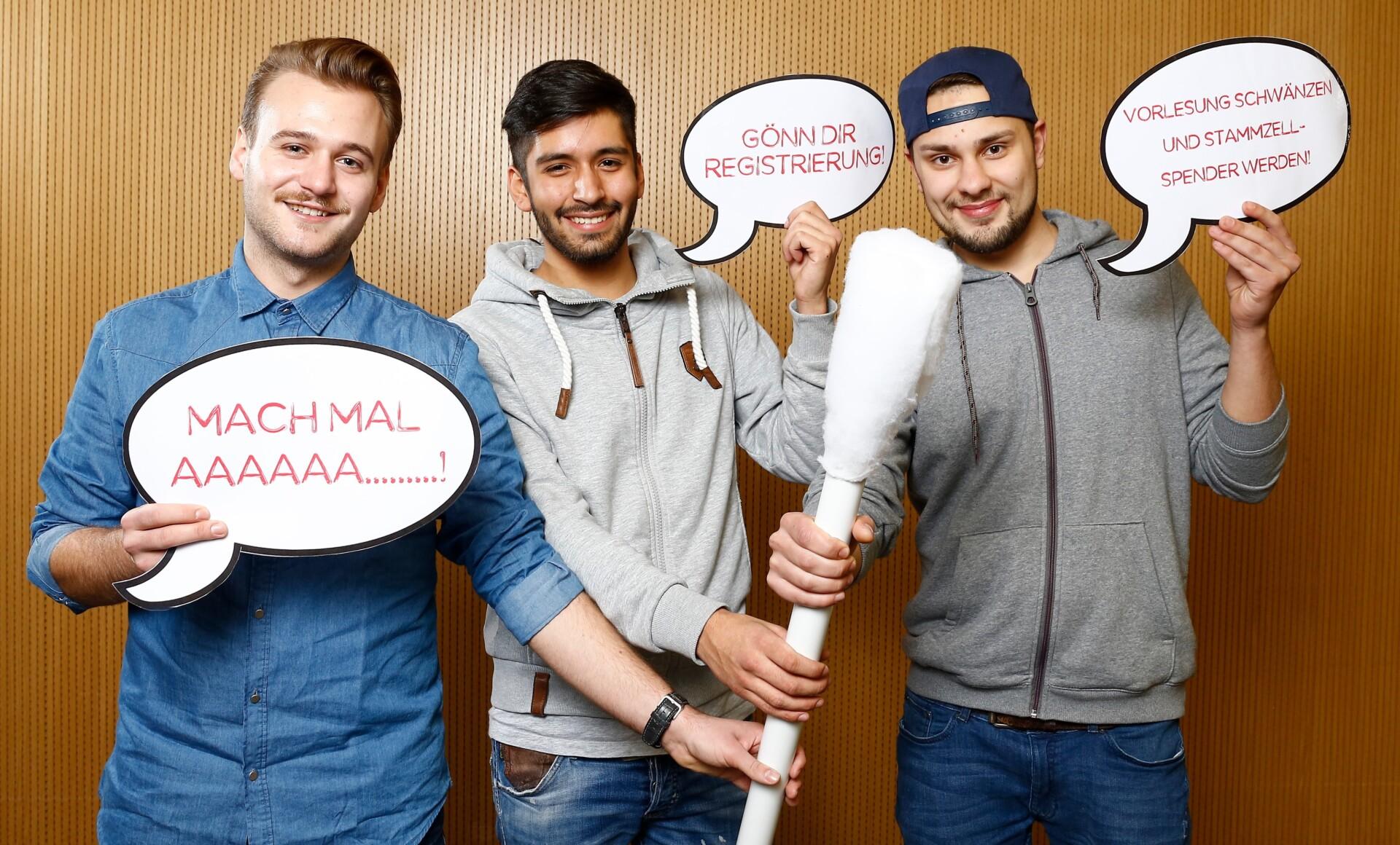 Studierende mit dem XXL-DKMS-Wattestäbchen und den Sprüche-Bubbles.