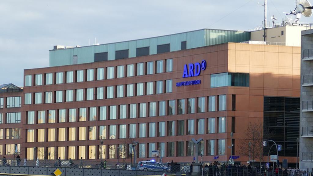 Gebäude des ARD-Hauptstadtstudios mit ARD-Logo