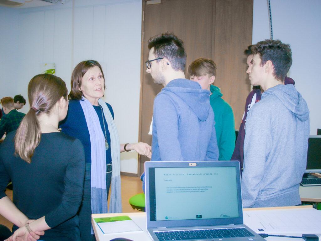 Frau Rohbock im Labor Medienforschung.
