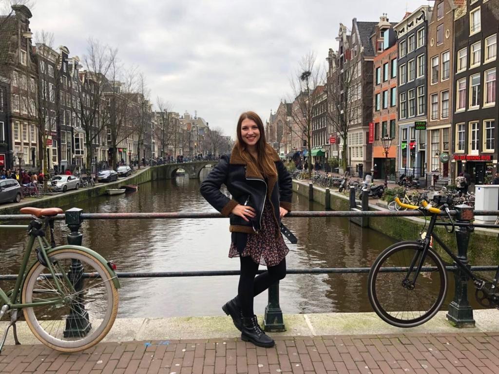 Lea auf einer Brücke in Holland