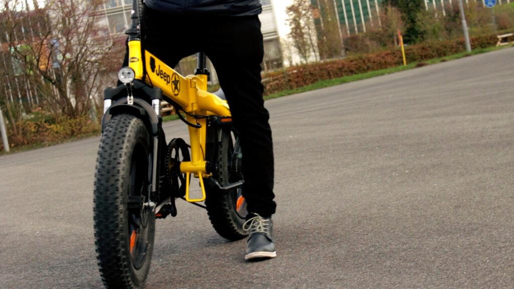 Stehendes Jeep E-Bike