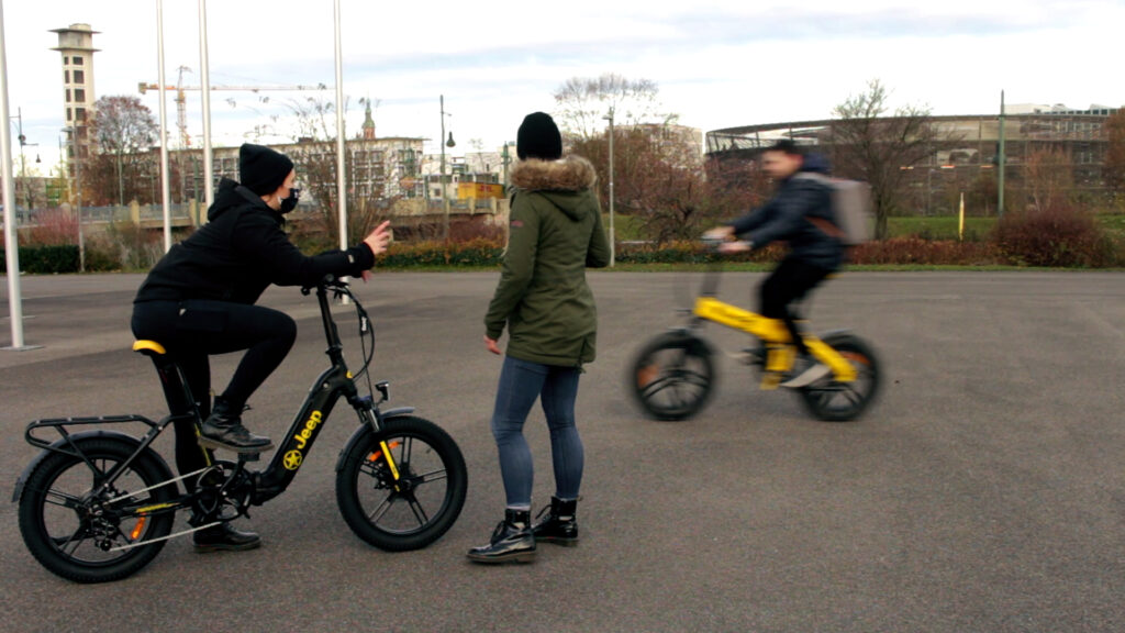 Drei Personen mit Jeep E-Bikes