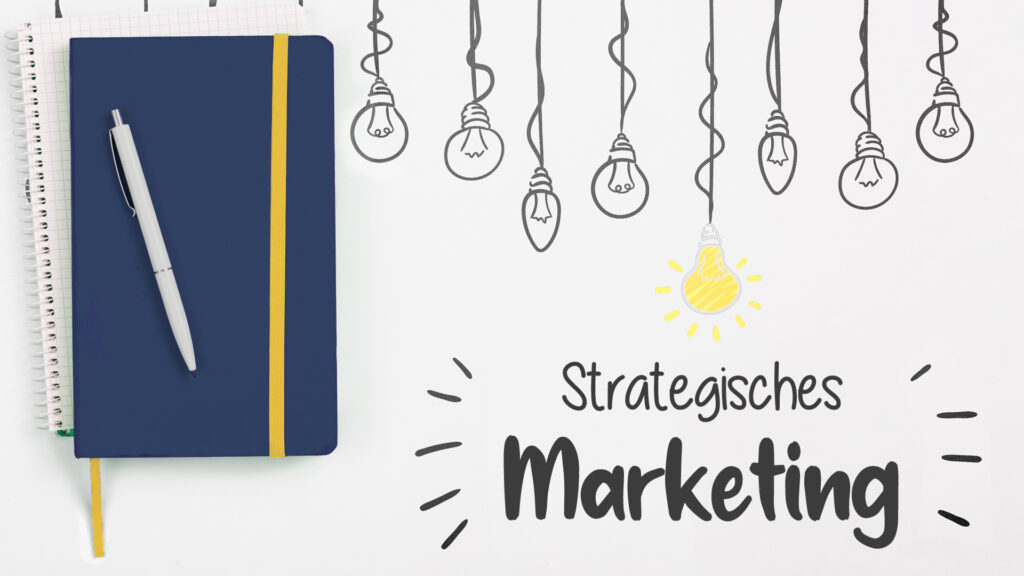 Notizbuch und Glühbirnen mit Bildunterschrift Strategisches Marketing
